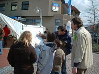 Die Pflanzentauschbörse am 27.03.2004 regt zu Diskussionen an...