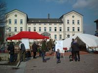 Pflanzentauschbörse am 27.03.2004 vor dem Rathaus in Rodenberg