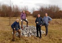 Anlage Steinhaufen auf der Streuobstwiese am 10.03.2018: 8 Tonnen Gestein wurden von 4 ehrenamtlichen Helfern forttransportiert und aufgeschichtet